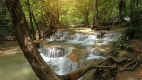 cascada huay del khamin de la escena de la naturaleza en Tailandia almacen de metraje de vídeo