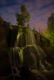 Cascada iluminada en parque de la noche Imagen de archivo libre de regalías