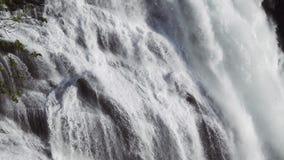 Cascada imponente rápida en el valle de Husedalen, Noruega Adultos jovenes Nyastølsfossen almacen de metraje de vídeo