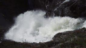 Cascada imponente rápida en el valle de Husedalen, Noruega Adultos jovenes Nyastølsfossen metrajes