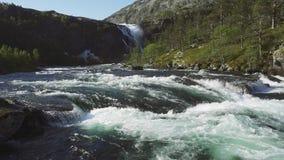 Cascada imponente rápida en el valle de Husedalen, Noruega Adultos jovenes Nyastølsfossen almacen de video