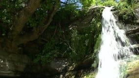 Cascada inclinable en Maries, Thassos Grecia almacen de video