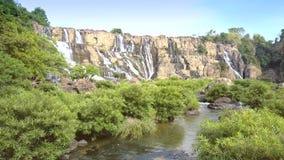 Cascada increíble de Pongour del paisaje con malezas del río almacen de metraje de vídeo