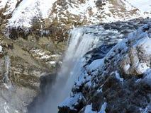 Cascada Islandia con paisaje Fotos de archivo