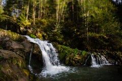 Cascada Kameneckiy en las montañas cárpatas Fotografía de archivo