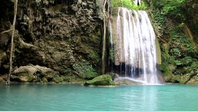 Cascada Kanchanaburi, Tailandia de Erawan almacen de metraje de vídeo