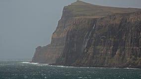 Cascada a la izquierda parada e invertida por la tormenta Callum del otoño en los acantilados vistos de un Milovaig más bajo - is almacen de metraje de vídeo