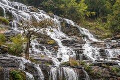Cascada Mae Ya en el bosque de Tailandia Fotos de archivo