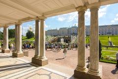 Cascada magnífica de fuentes del palacio de Peterhof, St Petersburg, Rusia fotografía de archivo libre de regalías