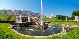 Cascada magnífica de fuentes en Peterhof imagen de archivo