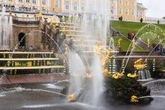 Cascada magnífica en Pertergof, St Petersburg, Rusia Fotos de archivo