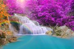 Cascada maravillosa con los arco iris en bosque profundo en el parque nacional Foto de archivo libre de regalías