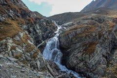 Cascada maravillosa en las montañas de Himachal Pradesh, la India Imagen de archivo libre de regalías
