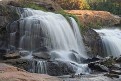 cascada Movimiento-borrosa que conecta en cascada sobre rocas imagen de archivo libre de regalías