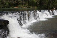 Cascada natural de la presa Fotos de archivo libres de regalías