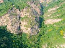 Cascada natural en la montaña, Spring Valley de la visión aérea foto de archivo libre de regalías