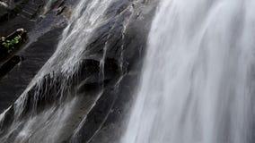 Cascada potente con el sonido metrajes