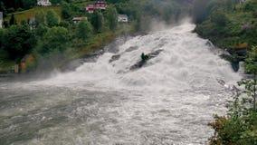 Cascada potente con flujos de los rápidos que rabian de las colinas de los fiordos metrajes