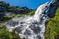 Cascada potente grande en las montañas El Cáucaso, Dombay, cascada de Alibek fotografía de archivo libre de regalías