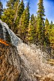 Cascada potente que conecta en cascada abajo de un acantilado de la montaña Fotos de archivo