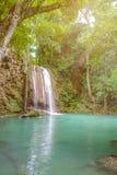 Cascada profunda del bosque con agua clara en kanchanaburi erawan del parque nacional foto de archivo