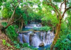 Cascada profunda del bosque en Kanchanaburi, Tailandia imágenes de archivo libres de regalías