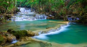 Cascada profunda del bosque en Kanchanaburi, Tailandia imagen de archivo