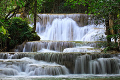 Cascada profunda en Kanchanaburi, Tailandia del bosque Imagenes de archivo