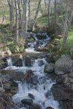 Cascada que acomete abajo de la colina Imagen de archivo