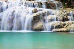 Cascada que conecta en cascada sobre un estante de rocas fotografía de archivo libre de regalías