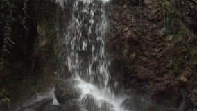 Cascada que fluye del top metrajes