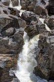 Cascada que fluye entre Lava Stones Fotos de archivo