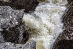 Cascada que fluye entre Lava Stones Foto de archivo libre de regalías