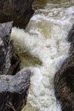 Cascada que fluye entre Lava Stones Fotografía de archivo