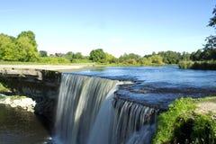 Cascada que salpica impresionante en el río de Jagala Imágenes de archivo libres de regalías