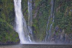 Cascada que sorprende en Milford Sound foto de archivo