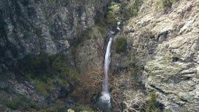 Cascada que sorprende en rocas, opinión aérea sobre la señal de la naturaleza de Chipre almacen de video