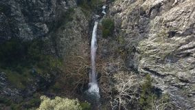 Cascada que sorprende en rocas, vista de pájaro en la señal de la naturaleza de Chipre metrajes