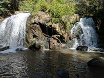 Cascada, rocas, naturaleza, sombra, verano fotografía de archivo libre de regalías