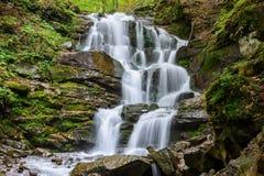 Cascada Shypit, cascada en Pylypets en la carpa del bosque del otoño Foto de archivo
