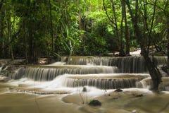Cascada situada en selva tropical profunda Imágenes de archivo libres de regalías