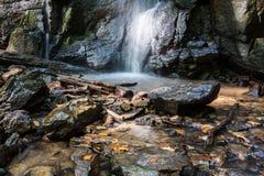 Cascada Skakalo en las montañas cárpatas, Transcarpathia Imagen de archivo libre de regalías