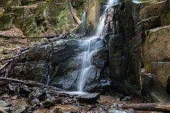 Cascada Skakalo en las montañas cárpatas, Transcarpathia Foto de archivo