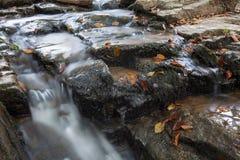 Cascada Skakalo en las montañas cárpatas, Transcarpathia Imagenes de archivo
