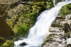 Cascada Skaklia, pueblo de Bov, garganta de Iskarsko Foto de archivo libre de regalías