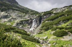 Cascada Skok en valle en alto Tatras, Mlynska Dolina, montañas salvajes de Eslovaquia con el rastro turístico Fotos de archivo libres de regalías