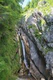 Cascada sobre el lago Hallstatt, Austria, Europa foto de archivo libre de regalías