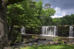 Cascada sobre la presa Imagen de archivo libre de regalías