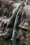 Cascada sobre rocas acantiladas Fotografía de archivo