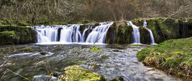 Cascada sobre rocas cubiertas de musgo Fotos de archivo